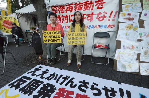 泉さん(左)と佐藤さん(右)。米国から帰国したその足で通産省前の「原発反対座り込み」を激励に訪れた。(25日夕、筆者撮影)