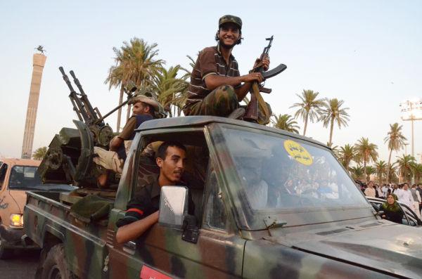 反政府軍のトラックが入場すると興奮のボルテージは一気に高まった。(31日=現地時間、緑の広場。写真:筆者撮影)