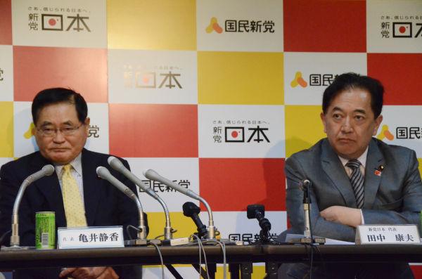 マスコミの揚げ足とりに苦言を呈する亀井・国民新党代表と田中康夫・日本新党代表。(19日、国民新党本部。写真:筆者撮影)