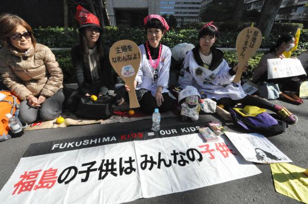 白いかっぽう着姿の二人は世田谷から参加した。日常感覚で「脱原発」をアピールする。=27日、経産省前。写真:筆者撮影=