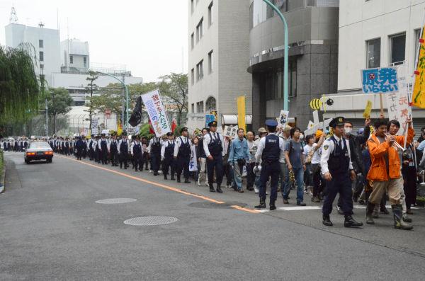 警察官のデモ行進と見間違いそうだ。(22日午後、渋谷。写真:筆者撮影)