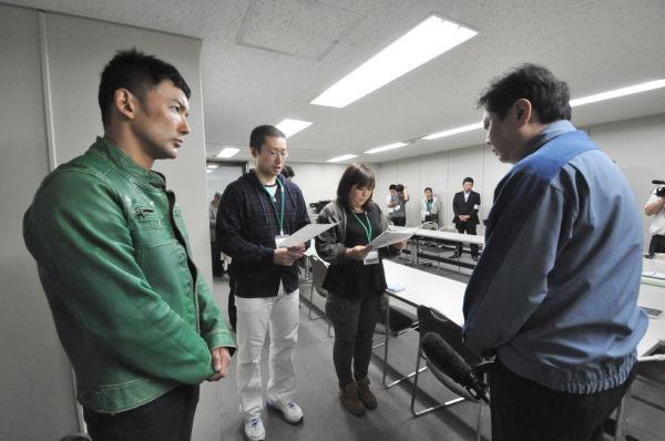厳しい目つきで東電の橘田部長(後姿・青ジャンパー)をにらむ山本太郎さん(左端)。=同日、東京電力別館。写真:筆者撮影=