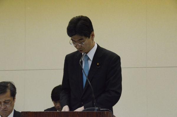 メモを棒読みする園田康博・内閣府政務官。彼自身が把握している事柄はほとんどない。(13日夕、東電本店・内幸町。写真:筆者撮影)