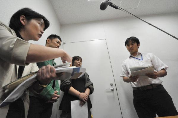 西片さん(右から2番目)は新岡係長(右端)に「お金はないが、子供の命には代えられなかった」と訴えた。西片さんの左隣が山本太郎さん。=18日、文科省。写真:筆者撮影=