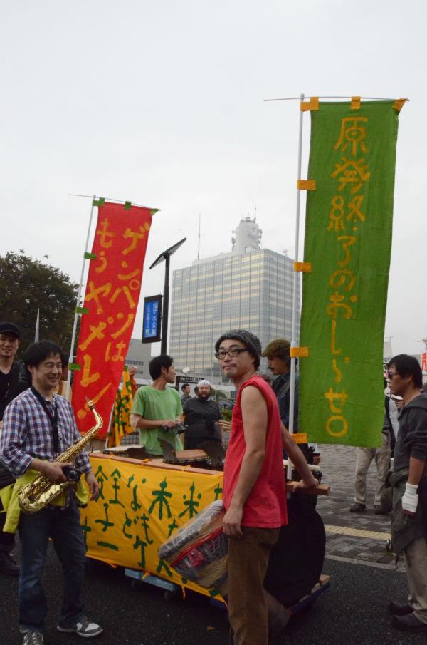(22日昼過ぎ、脱原発パレード出発点の代々木公園。写真:筆者撮影)