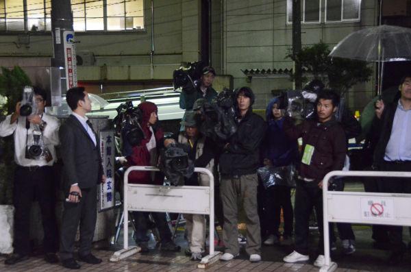 小沢氏緊急入院の知らせを聞いた報道陣が病院前に張りついた。(7日午前0時過ぎ、日本医科大学付属病院。写真:筆者撮影)
