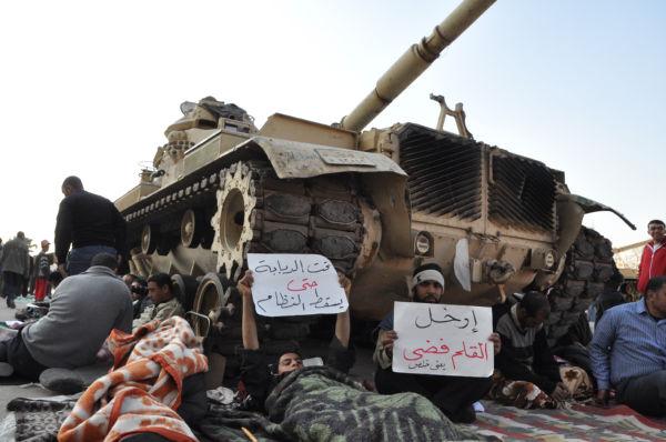 前回の蜂起では、建設現場の労働者らが戦車の下に体を横たえて市民革命を守った。=2月、タハリール広場。写真:筆者撮影=