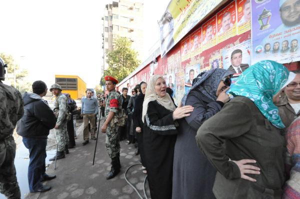 軍と警察が警備するなか投票所前で列を作る女性有権者。10人ずつ投票場に入った。=28日(現地時間)、オールドカイロ。写真:筆者撮影=