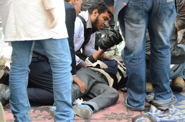 警察の催涙ガスを浴びて呼吸ができなくなり、野戦病院に運び込まれた少年。=同日、タハリール広場。写真:筆者撮影=