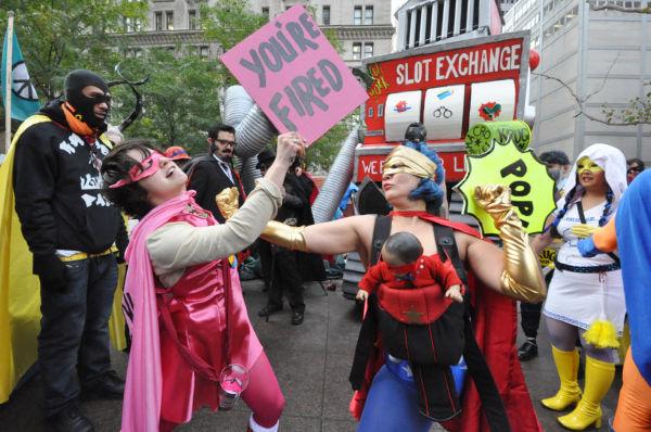解雇通告(ピンク・スリップ)にアッパーカットを入れるワーキングマザー。=31日(現地時間)、ズコッティ・パーク、ニューヨーク市内。写真:筆者撮影=