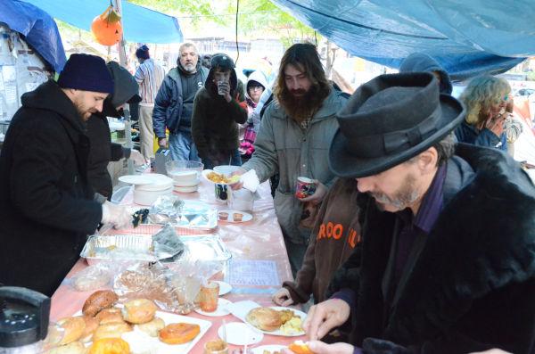 炊き出しに並ぶ占拠者たち。=ズコッティ公園。写真:筆者撮影=