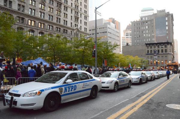 NY市警がパトカーを並べて威圧するのも日常茶飯事となった。=ズコッティ公園。写真:筆者撮影=