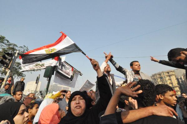 女性は「私はエジプト人、母もエジプト人、タンタウィ(軍最高評議会議長)が去るまでここにいる」と絶叫した。=26日(現地時間)、タハリール広場。写真:筆者撮影=