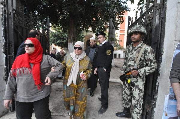 投票を終えた母と娘。2人ともイスラム世俗主義政党に票を入れた、という。=29日(現地時間)、カイロ市内語学学校。写真:筆者撮影=