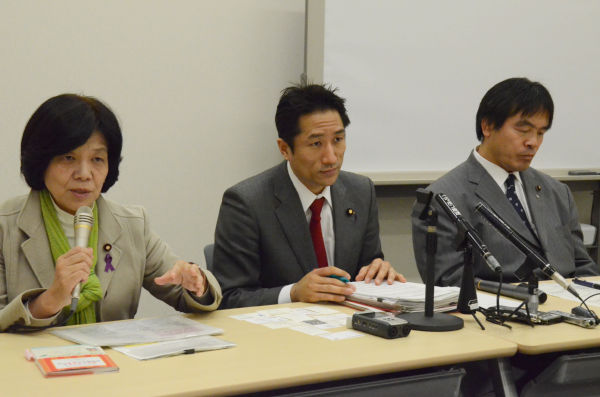 小宮山厚労相に要請書を提出した後、記者会見する阿部議員、川田議員、馳議員(左から)。=8日、参院会館。写真:筆者撮影=