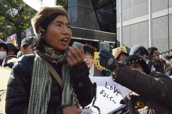 『放射能から子どもたちを守る福島ネットワーク』の佐藤幸子さん。何の責任も取らないまま東電が越年するのは許せない、と抗議の声を挙げた。=写真:中野博子撮影