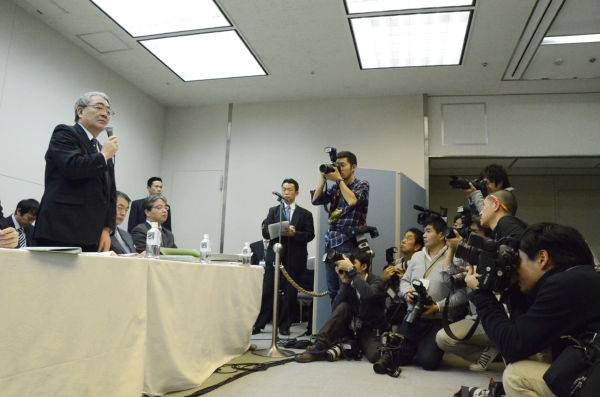 東電の西澤俊夫社長。避難者に誠心誠意対応していきたい、と心にもないことを述べた後、スタスタと会見場を出て行った。=16日、東電本店。写真:筆者撮影=
