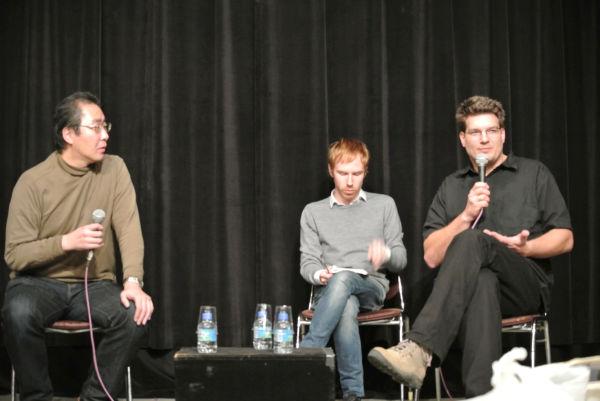 「原子力に未来はないだろう」と語るゲイハルター監督(右)。左は字幕を担当した翻訳家の渋谷哲也氏=トークショーで。写真:中野博子撮影=