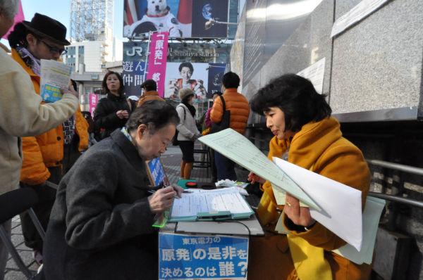 女性は年代を問わず放射能への恐れが強く、次々と署名に応じていた。=10日、渋谷駅ハチ公前。写真:筆者撮影=
