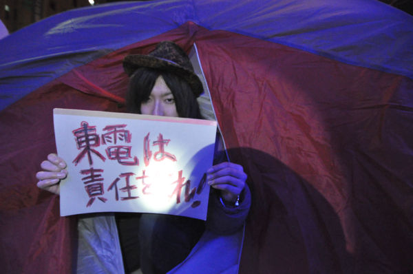友人からテントを提供され山口さんは「やったあ、テントは暖かい」とツイートしたが…。=30日午後6時過ぎ、新宿区左門町公園。写真:筆者撮影=