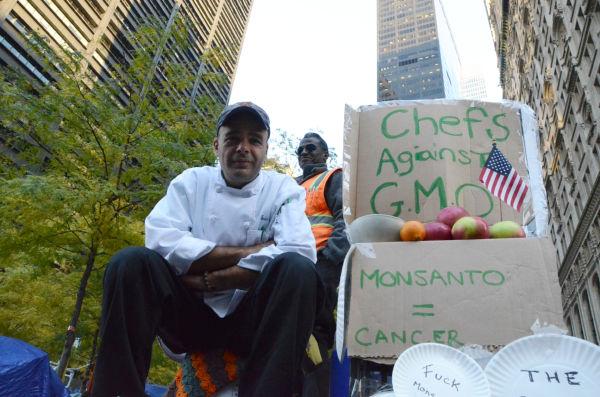 遺伝子組み換え作物に反対するシェフの団体を作ったエリック・スミスさん。=11月8日、ウォール街ズコッティパーク。写真:筆者撮影=