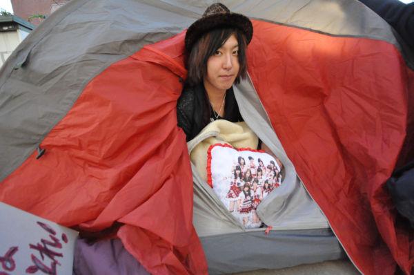 テントはじめ毛布、クッションが善意の市民から届けられた。「暖かい」と山口さん。=31日午後、新宿区左門町公園。写真:中野博子撮影=