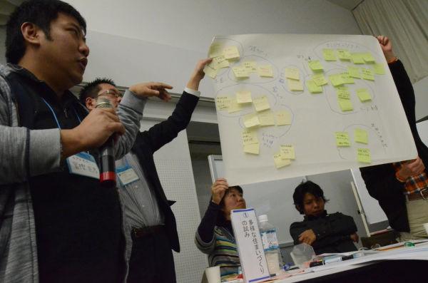 ホームレス支援の取り組みを発表する団体。=写真:中野博子撮影=