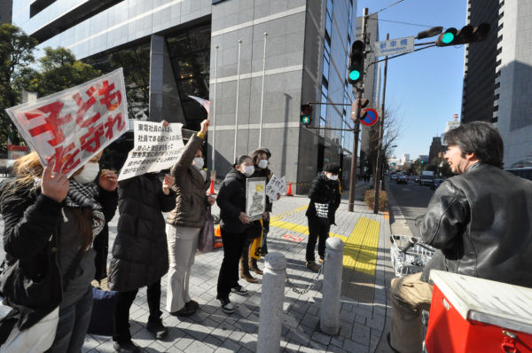 モリッチさん最後の東電前抗議を知り、デモ友達の男性(自転車・後姿)がお別れに来た。=写真:筆者撮影=