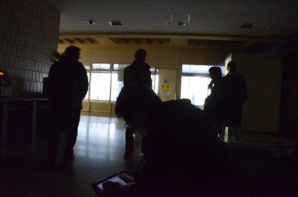 受付裏のスペース。広報課は請願の市民団体を暗がりの中で20分間待たせた。=写真:筆者撮影=