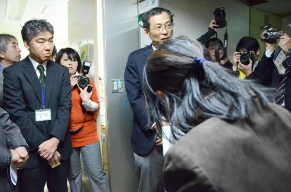 """住民代表の懸命の訴えに""""アサッテの方角""""を向く太田課長(右)。他人事のような対応に終始した。=6日、神奈川県庁・廃棄物指導課前の廊下。写真:中野博子撮影="""