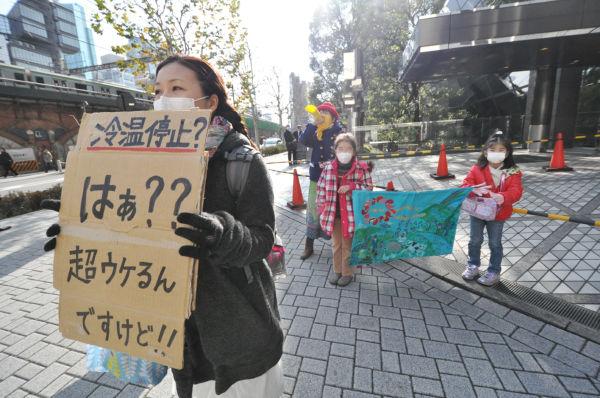 ハルオさんのツイートに呼応して横浜から駆け付けた主婦(手前)。=写真:筆者撮影=