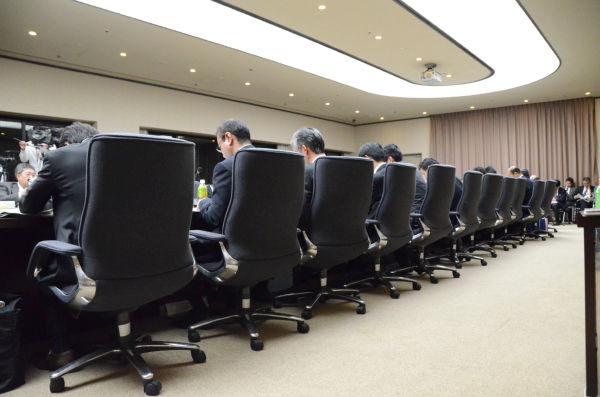 """傍聴者を排除し別室で開かれた""""秘密会議""""。慎重派の専門委員も欠席のまま、議事は再稼働ありきで粛々と進んだ。 =18日夜、経産省本館。写真:筆者撮影="""
