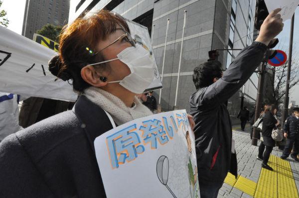 ハンドルネーム太安萬呂さん。52分間、東電ビルに向かって訴え続けた。=10日昼、東電本店前。写真:筆者撮影=