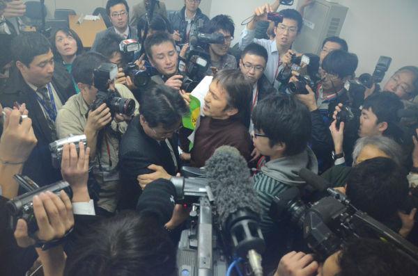 原子力・安全保安院の担当者に詰め寄る市民。=18日夜、経産省別館。写真:筆者撮影=
