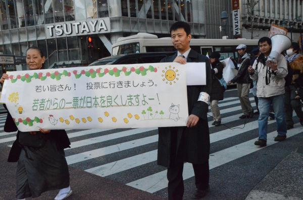 パレードは大震災後の統一地方選挙があまりにも沈滞していたため、活気づけようと始めたのがきっかけだった。=7日、渋谷ハチ公前交差点。写真:中野博子撮影=