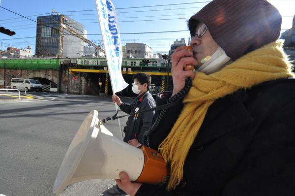 演劇家Kさん(手前)とmercyさん。=14日朝、東電前。写真:筆者撮影=