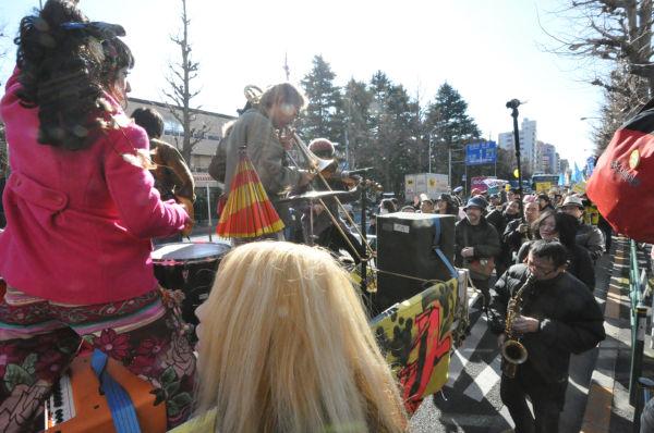 ラテン音楽のバンドが参加者の気分を高揚させた。=19日、杉並区。写真:筆者撮影=