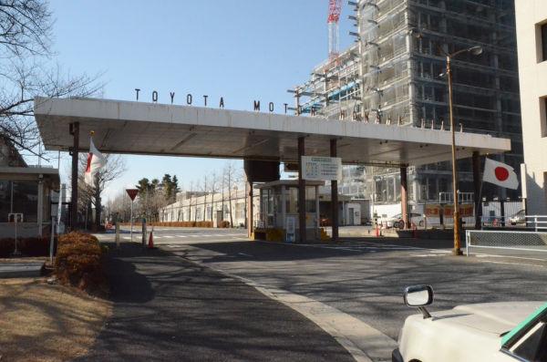 祝日で日の丸がはためいているにもかかわらず、操業しているトヨタ本社工場。 =写真:中野博子撮影=