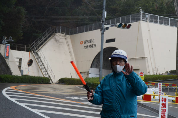 筆者が車を降りるや警備員は制止にかかった。トンネルの向こうに原発があるものとみられる。=25日、福井県おおい町。写真:筆者撮影=