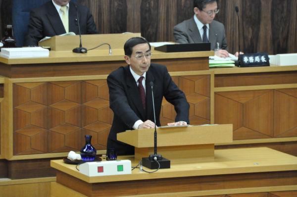 所信表明をする西川一誠知事。原発再稼働に前向きな姿勢を示した。=24日、福井県議会本会議場。写真:筆者撮影=