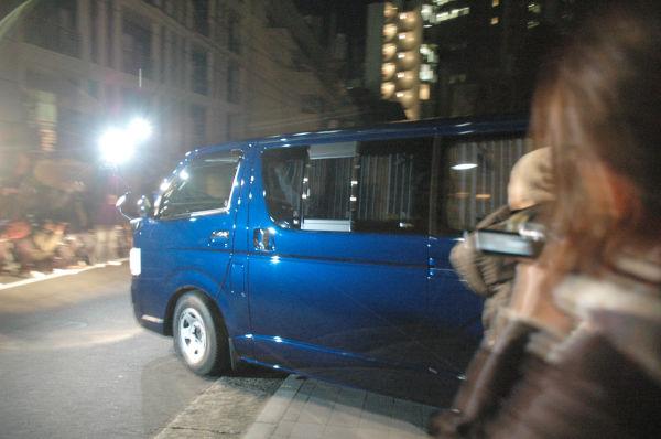 陸山会事務所の家宅捜索で押収した書類やPCの記憶媒体などを積み込んだ特捜部の車両。 =2010年1月、港区赤坂。写真:筆者撮影=