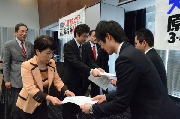 福島みずほ社民党党首(左端)、民主党の平智之議員(右隣)らが国会議員47人の署名を政府の役人に手渡した。=20日、参院会館。写真:筆者撮影=