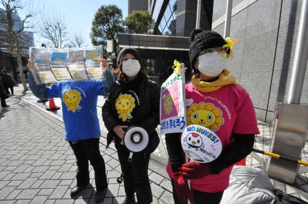 「だっげらいよん隊」見参。右からMさん、minmamaさん、Uさん。=17日、東電前。写真:筆者撮影=