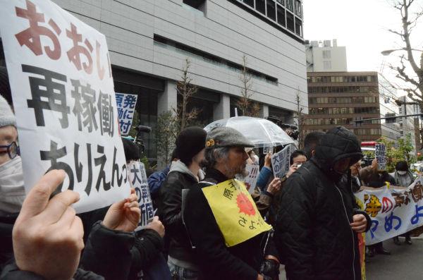 大飯原発の再稼働に反対する市民が抗議の声をあげた。=同日、経産省別館前。写真:中野博子撮影=