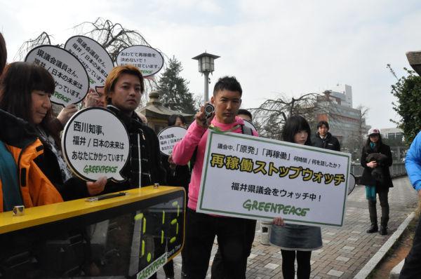 県議会ビルが入る福井城址前で「再稼働反対」のアピールをする山本太郎さん(ピンクのシャツ)ら。=写真:筆者撮影=