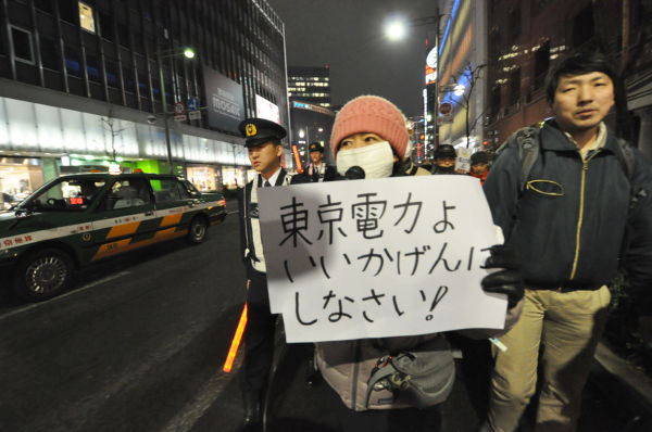 参加者たちは銘々のフレーズで東電への怒りを表した。=写真:筆者撮影=