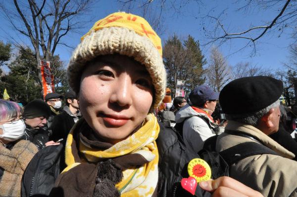 女性は「3・11」後間もなく、「原子力発電所いらない」の缶バッジを友人と共に製作した。=写真:筆者撮影=