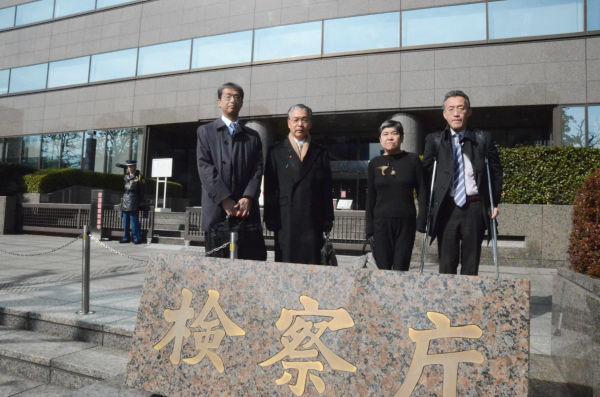特捜部への捜査要請書を手渡すため東京地検に足を運んだ『健全な法治国家のために声をあげる市民の会』のメンバー。 =21日午前、検察庁前。写真:筆者撮影=