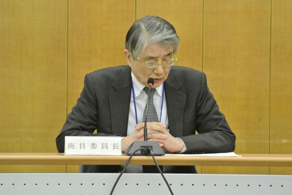 用意してきた文書をすらすらと読み上げる班目・原子力安全委員長。=23日午後、内閣府。写真:筆者撮影=