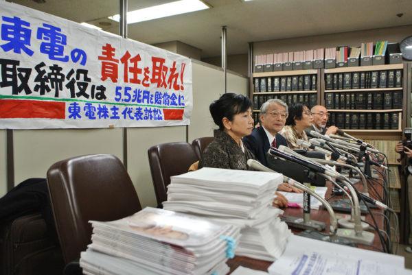 損害賠償請求の訴状を提出した直後、記者会見する株主ら。=5日午後4時、司法記者クラブ。写真:筆者撮影=